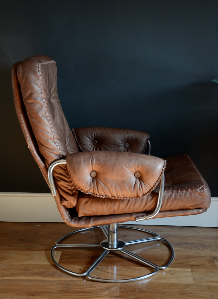 Chocolate brown leather armchair || N&L DE LIMA